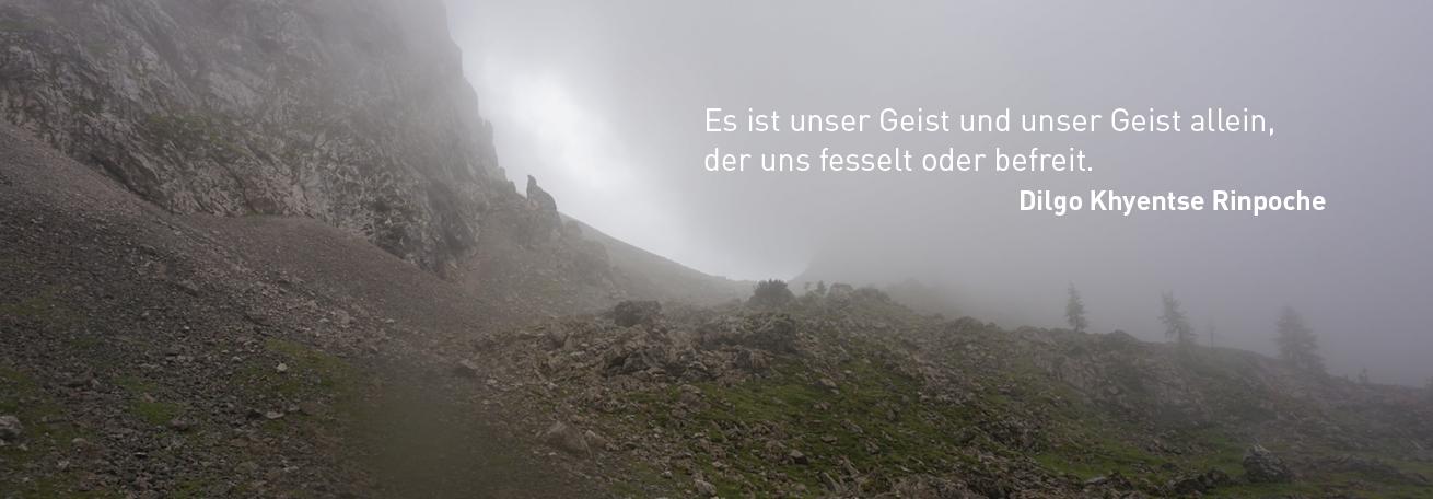 Nebel in den Bergen mit Zitat von H.E. Dilgo Khyentse Rinpoche